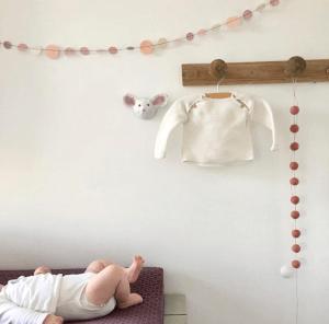 schattig babykamer met papiermache muis boven commode