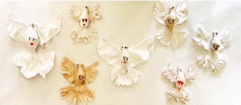 duiven van textiel en houten takjes en ijzerdraad