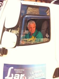 El camión de Leche Lar recogiendo la leche en Riolago (Babia)