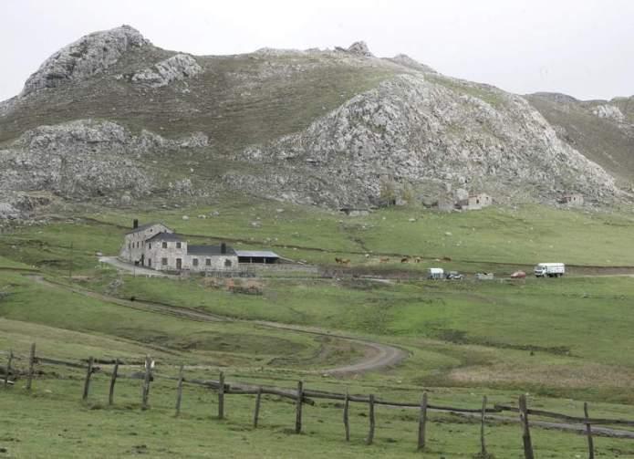 La Casa del Pueblo de Pola de Lena (Asturias) acogió este domingo un  encuentro entre el alcalde del municipio leonés de San Emiliano 827ddcbe383