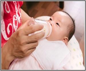 赤ちゃんが離乳食に、ヨーグルトを飲んでいる所