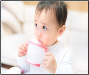赤ちゃんが離乳食で、ブルガリアヨーグルトを食べている所