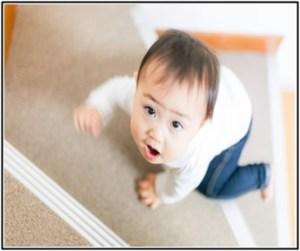 赤ちゃんが下痢をして、食事の量をあまり食べないで遊んでいる所