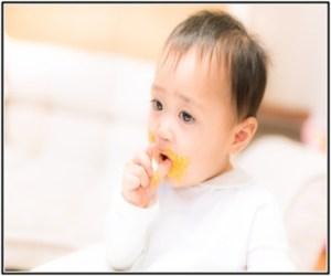 赤ちゃんが離乳食を食べないで、吐いている所