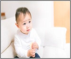赤ちゃんが離乳食で、ヨーグルトを飲んでいる所