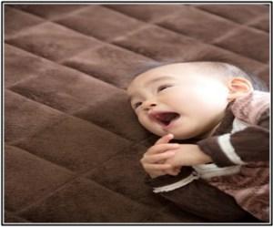 赤ちゃんに便秘マッサージや体操をしてあげたけど、効果がでなくて泣いている画像