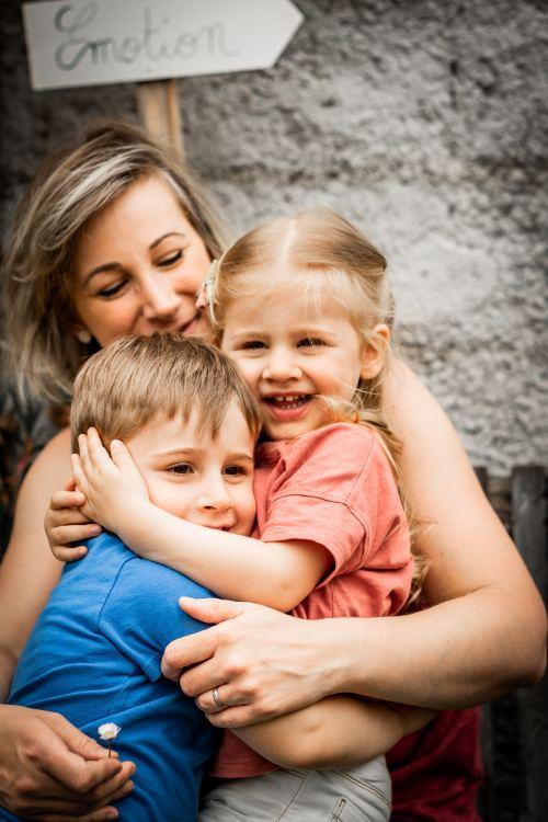 Maman fait un câlin avec ses enfants