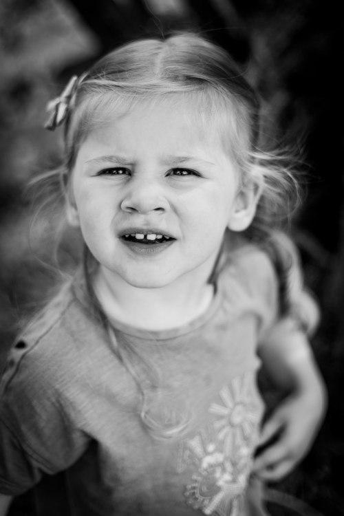 Petite fille fronce le nez