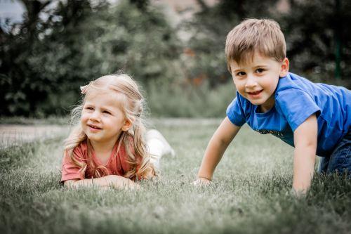 Les enfants s'amusent dans l'herbe