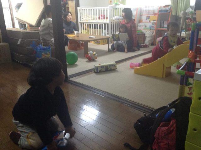 「ママ&女子向けスキルアップセミナー」で、こちらは子どもたちがスタッフと遊んでいる様子です。