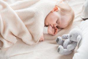 O terror noturno do bebê ou infantil acontece durante o sono profundo