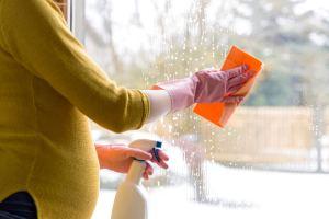 Grávida pode limpar vidros e fazer faxina com alguns cuidados