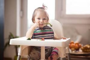 Como evitar engasgo em bebês e crianças