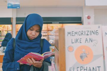 Muslim women reading in bookstore, featured image