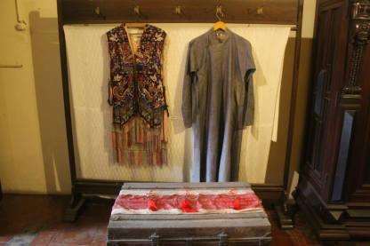 Baju dan koper yang dipakai Tjong A Fie saat migrasi dari Cina ke Medan