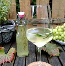 Weincocktail mit Zitrone und Rosmarin