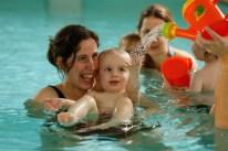 Babyschwimmen mit Mutter und Kind