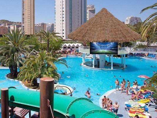 Un hotel en levante con toboganes y parque acuático