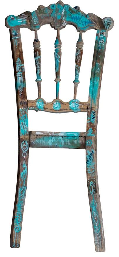 Una bellissima sedia dipinta a tema