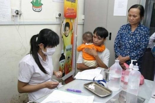 Trẻ nhỏ nên đến bác sĩ khi có dấu hiệu nhiễm sốt virus