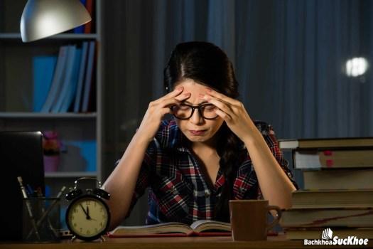 Đau đầu là một trong những dấu hiệu rõ ràng của bệnh xuất huyết não