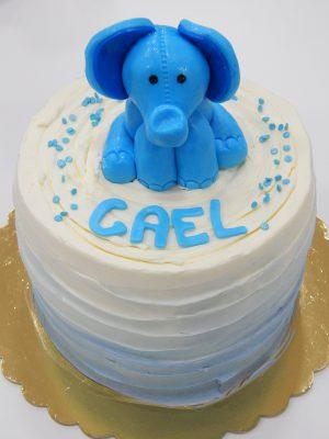 """Cake - Elephant baby 17  Pastel estilo drip cake de chocolate con diferentes texturas y formas con opción a <strong>deliciosa combinación de vainilla ¡o Kinder Bueno!</strong>  <strong>También disponible</strong> <a href=""""https://bacidangelo-shop.com/producto/drip-cake-de-chocolate-sin-gluten-y-o-vegano/"""">para intolerantes y veganos.</a>  Éste producto se mantiene en perfectas condiciones tras 2 días desde la entrega.    <strong>🕦 Realiza tu pedido antes de las 6:00pm y recíbelo mañana o el día que tu elijas.</strong>"""