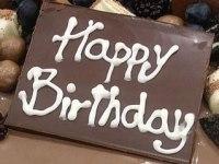 """Placa personalizada de chocolate 3  Pastel estilo drip cake de chocolate con diferentes texturas y formas con opción a <strong>deliciosa combinación de vainilla ¡o Kinder Bueno!</strong>  <strong>También disponible</strong> <a href=""""https://bacidangelo-shop.com/producto/drip-cake-de-chocolate-sin-gluten-y-o-vegano/"""">para intolerantes y veganos.</a>  Éste producto se mantiene en perfectas condiciones tras 2 días desde la entrega.    <strong>🕦 Realiza tu pedido antes de las 6:00pm y recíbelo mañana o el día que tu elijas.</strong>"""