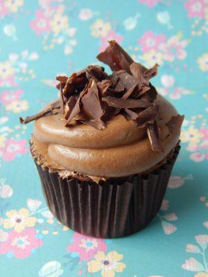 """Cupcake Selva Negra 20  Pastel estilo drip cake de chocolate con diferentes texturas y formas con opción a <strong>deliciosa combinación de vainilla ¡o Kinder Bueno!</strong>  <strong>También disponible</strong> <a href=""""https://bacidangelo-shop.com/producto/drip-cake-de-chocolate-sin-gluten-y-o-vegano/"""">para intolerantes y veganos.</a>  Éste producto se mantiene en perfectas condiciones tras 2 días desde la entrega.    <strong>🕦 Realiza tu pedido antes de las 6:00pm y recíbelo mañana o el día que tu elijas.</strong>"""