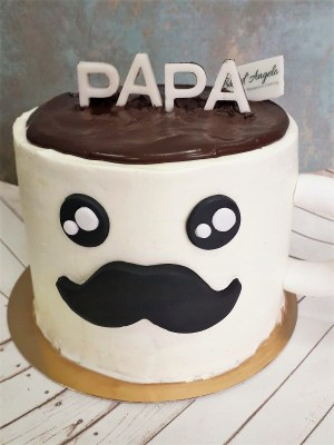 """Taza Papá 11  Pastel estilo drip cake de chocolate con diferentes texturas y formas con opción a <strong>deliciosa combinación de vainilla ¡o Kinder Bueno!</strong>  <strong>También disponible</strong> <a href=""""https://bacidangelo-shop.com/producto/drip-cake-de-chocolate-sin-gluten-y-o-vegano/"""">para intolerantes y veganos.</a>  Éste producto se mantiene en perfectas condiciones tras 2 días desde la entrega.    <strong>🕦 Realiza tu pedido antes de las 6:00pm y recíbelo mañana o el día que tu elijas.</strong>"""