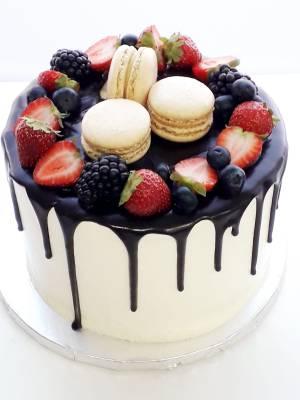 """Drip cake Berries - personalizada (desde 8 porciones) 15  Pastel estilo drip cake de chocolate con diferentes texturas y formas con opción a <strong>deliciosa combinación de vainilla ¡o Kinder Bueno!</strong>  <strong>También disponible</strong> <a href=""""https://bacidangelo-shop.com/producto/drip-cake-de-chocolate-sin-gluten-y-o-vegano/"""">para intolerantes y veganos.</a>  Éste producto se mantiene en perfectas condiciones tras 2 días desde la entrega.    <strong>🕦 Realiza tu pedido antes de las 6:00pm y recíbelo mañana o el día que tu elijas.</strong>"""