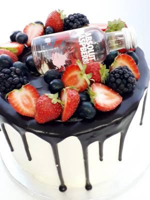 """Cake & Party 26  Pastel estilo drip cake de chocolate con diferentes texturas y formas con opción a <strong>deliciosa combinación de vainilla ¡o Kinder Bueno!</strong>  <strong>También disponible</strong> <a href=""""https://bacidangelo-shop.com/producto/drip-cake-de-chocolate-sin-gluten-y-o-vegano/"""">para intolerantes y veganos.</a>  Éste producto se mantiene en perfectas condiciones tras 2 días desde la entrega.    <strong>🕦 Realiza tu pedido antes de las 6:00pm y recíbelo mañana o el día que tu elijas.</strong>"""