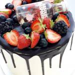"""Drip cake de chocolate (desde 8 Porciones) 2  Pastel estilo drip cake de chocolate con diferentes texturas y formas con opción a <strong>deliciosa combinación de vainilla ¡o Kinder Bueno!</strong>  <strong>También disponible</strong> <a href=""""https://bacidangelo-shop.com/producto/drip-cake-de-chocolate-sin-gluten-y-o-vegano/"""">para intolerantes y veganos.</a>  Éste producto se mantiene en perfectas condiciones tras 2 días desde la entrega.    <strong>🕦 Realiza tu pedido antes de las 6:00pm y recíbelo mañana o el día que tu elijas.</strong>"""