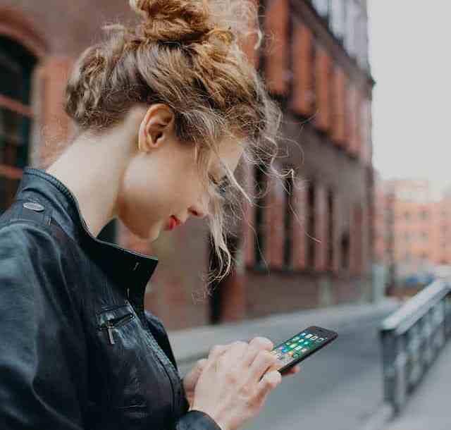 "- belkin amazon photo woman city phone v01 r01 1000x1000 us 2 - Belkin ""Easy Align Tray"" ทางเลือกใหม่ของการติดตั้งกระจกกันรอยสำหรับไอโฟน"