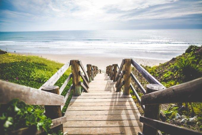 Petit pont de bois menant à la plage