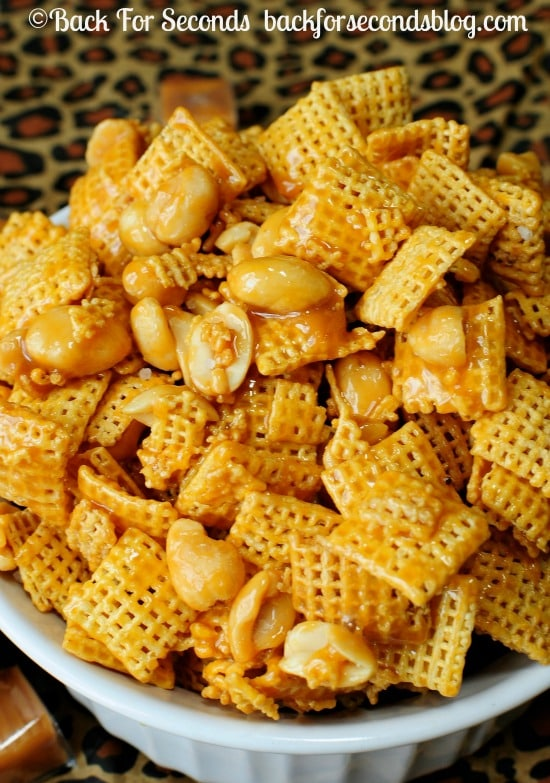 Payday Chex Mix - 5 MINUTES and 4 INGREDIENTS @Backforseconds https://backforseconds.com  #payday #saltyandsweet #chexmix