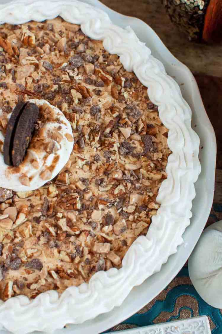 This easy No Bake Pumpkin Cheesecake Recipe will be the star of your holiday dessert table! The Oreo cookie crust and toffee pecan topping makes this pie irresistible! #cheesecake #nobakedessert #holidaydessert #pumpkindessert #easydessert #thanksgivingdessert