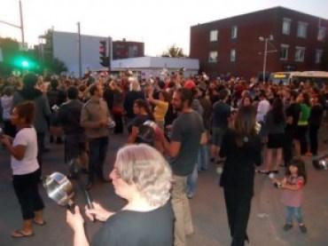 Image: Montrealers bang pots and pans