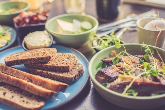 Veganes Frühstück mit Brot