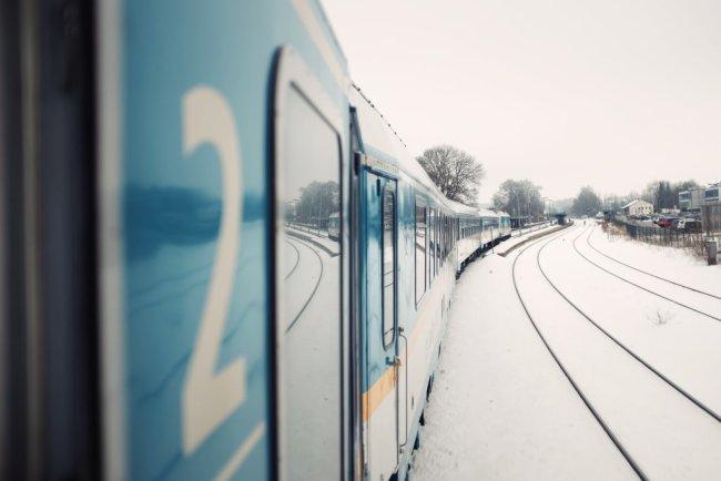 Zugfahrt durch schwedische Städte