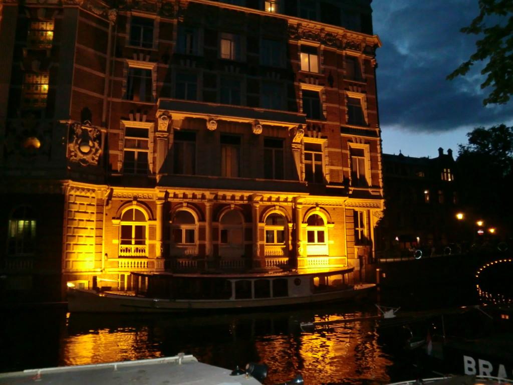 アムステルダムの町は、色々な意味で日中と日没後でかなり印象が変化・・。日中のアムステルダムは、運河と趣ある建物が調和した光景が印象的。