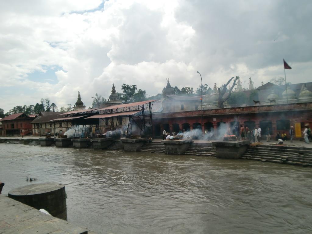 川岸には火葬場があり遺体が燃やされている