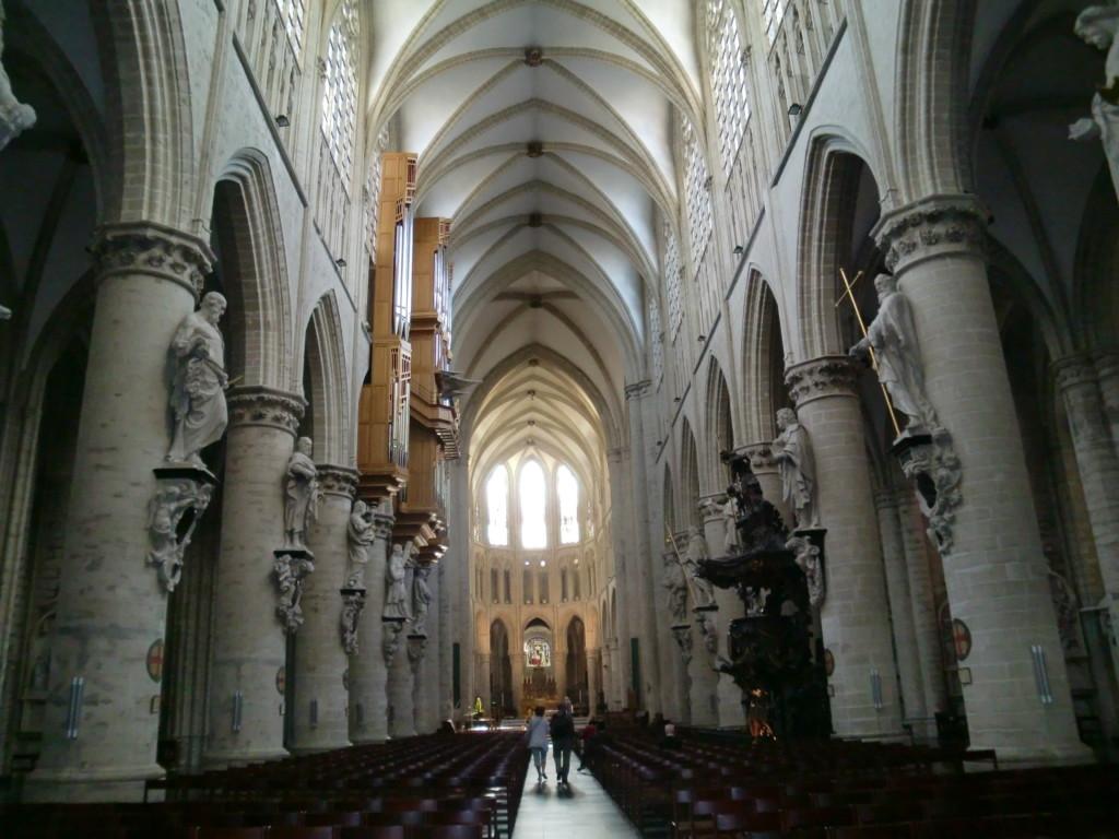 13世紀から15世紀までの300年をかけて造られた壮麗なゴシック様式の大聖堂「サン・ミッシェル大聖堂」は外から見ても中から見ても見応え抜群