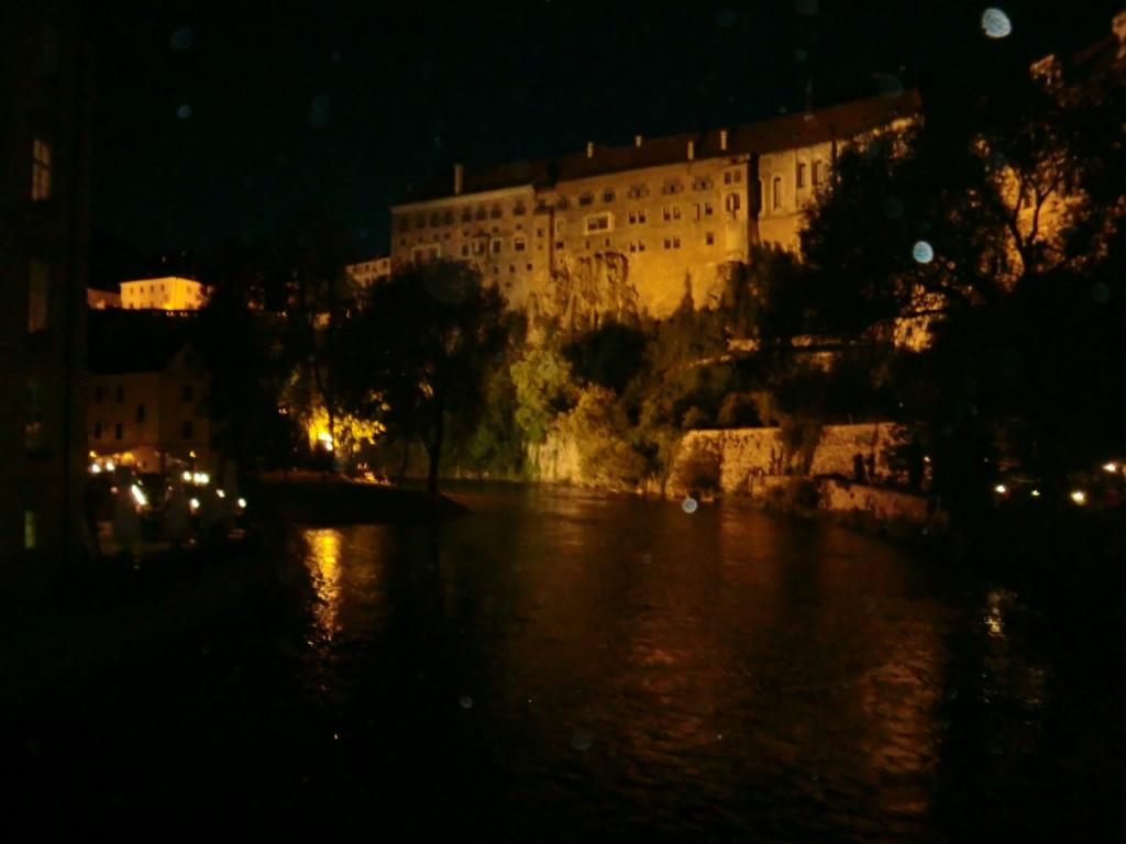 夜のチェスキークルムロフの町並みが綺麗すぎる!
