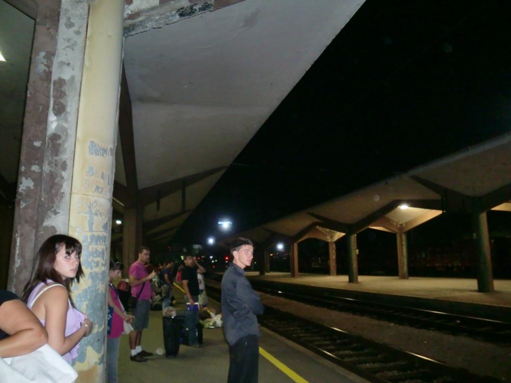 夜のボスニア・ヘルツェゴヴィナの駅