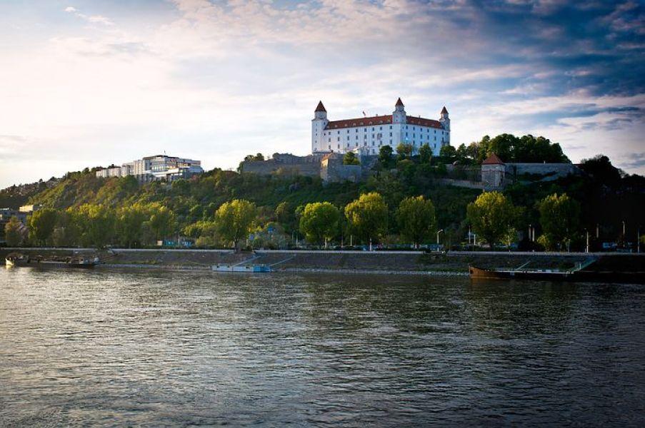 ドナウ川のほとりにそびえるブラチスラバ城