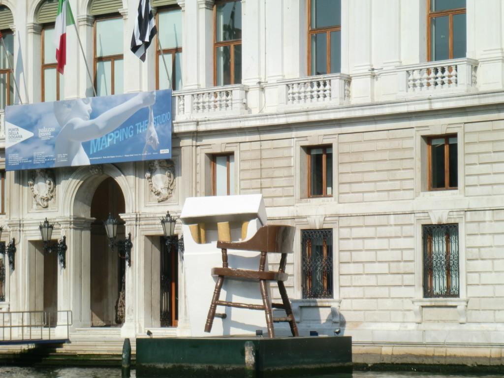 タバコと椅子?!現代アート?