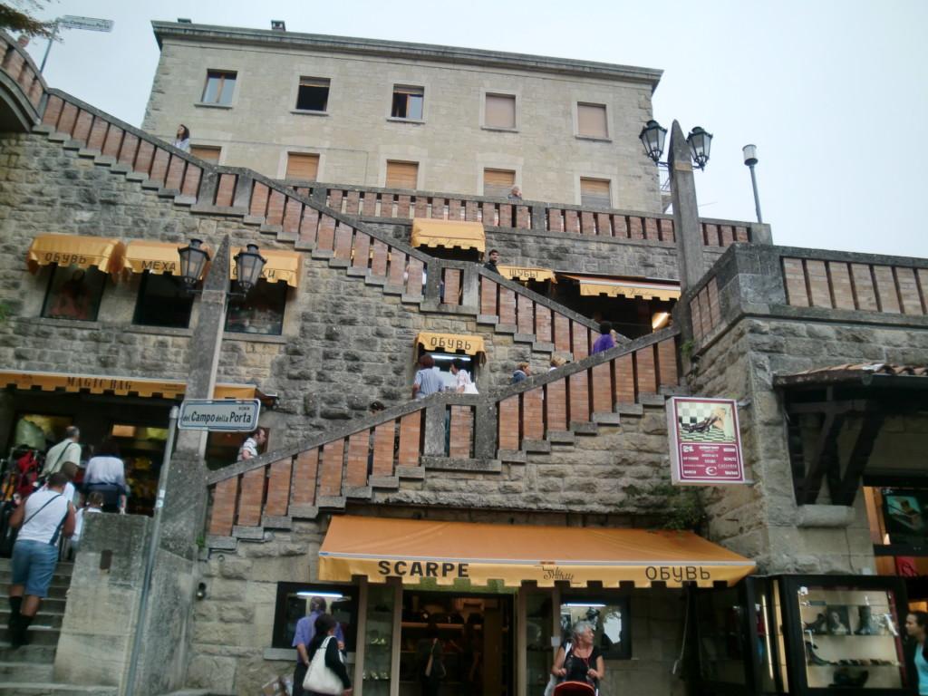 坂に加え、階段も。だんだん曇ってきた…。