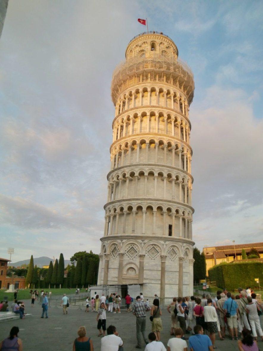 ピサの斜塔は1173年の建設当時から地盤沈下のため毎年傾斜し続けています
