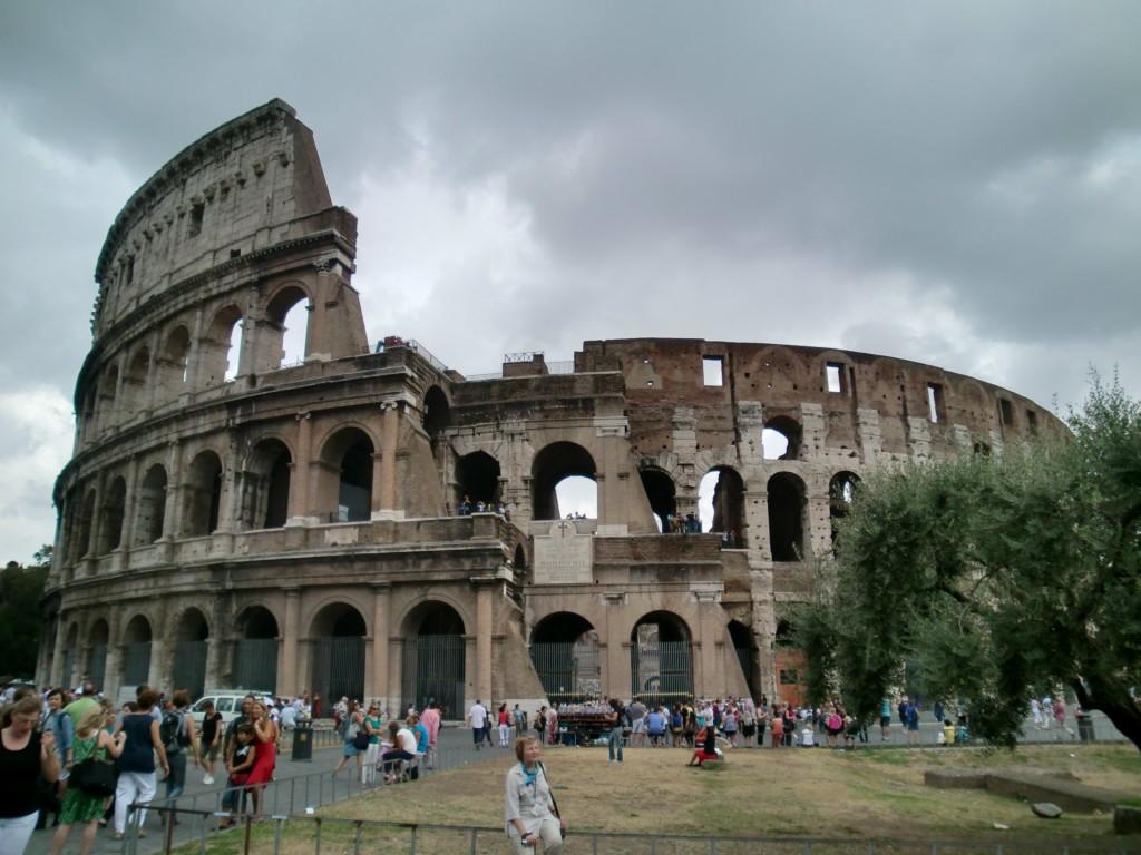 コロッセオは、ヴェスパシアヌス帝の命のもと80年に完成した円形闘技場。