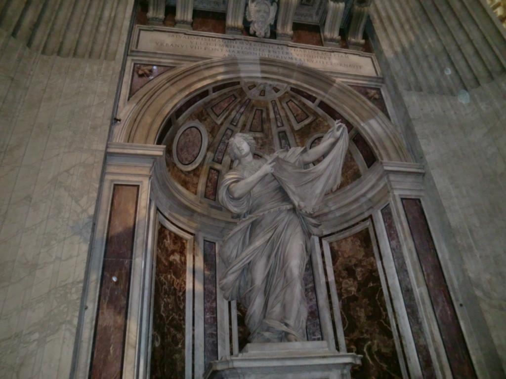 聖女ベロニカは、十字架を背負いゴルゴタの丘へと歩くキリストを憐れみ、額の汗を拭くよう自身の身につけていたヴェールを差し出したと伝えられています。